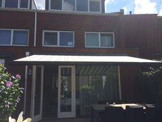 Zonnescherm Bolero geplaatst in Utrecht.  #zonnescherm #knikamrscherm #zonweringsproducten #streepdoek #dicksondoek #doek #nieuwcollectie  #bolero #rainbowproducten