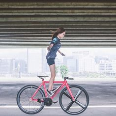 — Balancing act on a Dosnoventa fixed gear bike Triathlon, Push Bikes, Female Cyclist, Cycling Girls, Fixed Gear Bike, Commuter Bike, Bicycle Girl, Bike Style, Bike Design