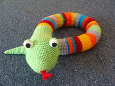 Serpiente multicolor tejida al crochet