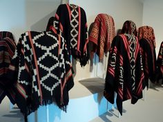 Tejidos Mapuches, Chile. Gaucho, Rare Clothing, Bohemian Style Clothing, Boho Life, Textiles, Peg Loom, Native Indian, Modern Outfits, Look Cool