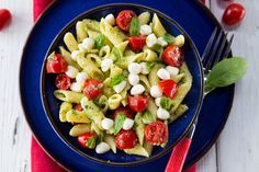 Pasta Salad with Pesto, Mozzarella and Tomatoes In the summertime, eat like the Italians! In Italy in the summer, pasta dishes are served cold and mixed with fresh ingredients. Healthy Recipes, Clean Eating Recipes, Lunch Recipes, Healthy Snacks, Vegetarian Recipes, Healthy Eating, Cooking Recipes, Supper Recipes, Eating Clean