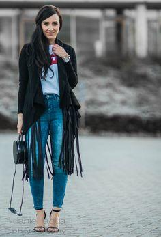 Outfit Weste mit Fransen, Shirt von Levis und schwarze High Heels || Julies Dresscode || #ootd #fashion #style #fashionblogger #outfit