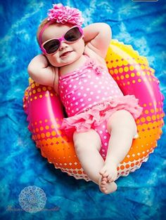 having the whole world in the palm of your hand Monthly Baby Photos, Newborn Baby Photos, Baby Poses, Newborn Pictures, Baby Girl Newborn, Summer Baby Pictures, 6 Month Baby Picture Ideas, Baby Girl Pictures, Foto Baby
