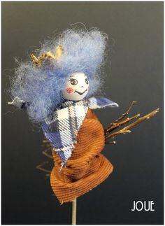 Nový blog o aranžérství, dekoracích a svatební a firemní výzdobě. Skřítek/čarodějnice na březovém koštěti s modrou hlavičkou.