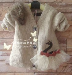 Bild You are in the right place about knitting free Here we offer you the most beautiful pictures about the hand knitting you are looking. Baby Sweater Knitting Pattern, Knitted Baby Cardigan, Baby Pullover, Baby Knitting Patterns, Climbing Clothes, Knitting For Kids, Knit Fashion, Baby Sweaters, Little Girl Dresses