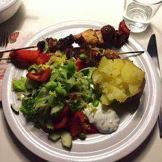 MADPLAN UGE 11 | leajalking | Fredag: Grillspyd med okse, svin og kylling, ovnbagte bagekartofler, salat og krydre-dressing.  Lørdag: Frikadeller, ovnbagte rodfrugter, salat og hjemmelavet salsa.  Søndag: Wok-ret med nudler, svinekød i strimler, soja, chili og grøntsager.