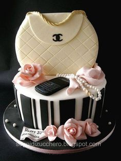 Chanel Cake Catalina is the most style savvy of the quints. She'd love this cake, except for the phone which she'd deem too modern and ugly. Gorgeous Cakes, Pretty Cakes, Cute Cakes, Amazing Cakes, Bolo Chanel, Chanel Cake, Chanel Purse, Gucci Cake, Chanel Handbags
