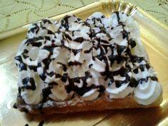 Waffel con panna fresca e topping al cioccolato