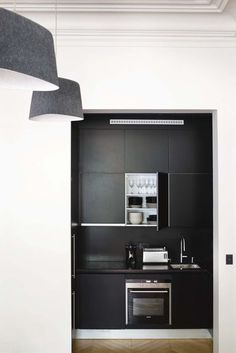 La cuisine toute de noire vêtue - Déco épurée pour cet appart' haussmannien rénové - CôtéMaison.fr