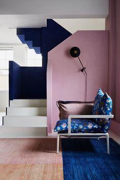 L'escalier disparaît dans des murs de couleur