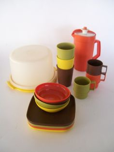 I miss tupperware. I have the orange tupperware cup, though :) Someone gave it to me a few years ago. 90s Childhood, My Childhood Memories, Childhood Images, Those Were The Days, The Good Old Days, Retro Toys, Vintage Toys, Vintage Stuff, Play Kitchen Sets