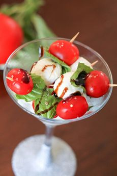 Twelve foods you can serve in Martini glasses. Above, a take on Caprese salad. Caprese Appetizer, Caprese Salad, Appetizer Recipes, Arugula Salad, Yummy Appetizers, Gourmet Food Gifts, Gourmet Recipes, Cooking Recipes, Healthy Recipes