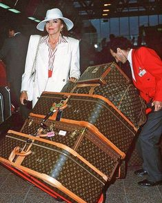 Joan Collins with a bit of luggage Celebrity Airport Style, Walking On A Dream, Louis Vuitton Luggage, Designer Luggage, 80s Design, Joan Collins, Old Money, Ootd, Star Wedding