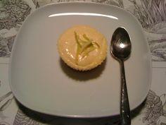 LİMONLU CHEESE-CAKE(her evre)    MALZEMELER:(6 muffin kalıbı için)  -3 bardak yağsız yoğurt  -3 yemek kaşığı splenda  -1yumurta  -2 yemek kaşığı yulaf kepeği  -1 limon  -2-3 damla limon aroması(dr.oetker)  -3-4 damla vanilya aroması(dr.oetker)  -1 paket mavi-yeşil light limonlu bisküvi(atak ve seyir hariç)
