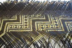 Karmen Thomson - I love this piece Flax Weaving, Weaving Art, Weaving Patterns, Basket Weaving, Leave Art, Maori Patterns, Polynesian People, Maori Designs, Bamboo Art