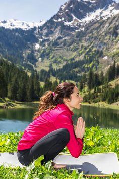 "Squat yoga or the position of the garland This posture is called in Sanskrit ""malasana"". It helps to work well Yoga Nidra, Yoga Vinyasa, Yoga Sequences, Iyengar Yoga, Ashtanga Yoga, Yoga Gym, Yoga Fitness, Sanskrit, Strand Yoga"