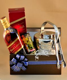 Caja con hilera Alcohol Basket, Wine Hampers, Spa Basket, Christmas Decorations For Kids, Ideas Para Fiestas, Party In A Box, Gift Packaging, Xmas Gifts, Gift Baskets