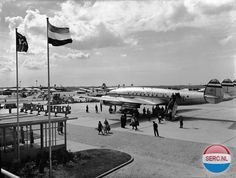 Lockheed L 1049 Super Constellation op Luchthaven Schiphol bij Amsterdam. Airline Alliance, Airplane Photography, Commercial Aircraft, Berlin Wall, World Pictures, Air France, Vintage Travel Posters, Constellations, Bangkok