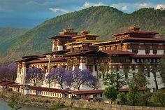 Punakha Fortress Bhutan (by PogoMix) Asian Architecture, Beautiful Architecture, Bhutan, Tibet, Places Around The World, Around The Worlds, Beautiful World, Beautiful Places, Himalaya