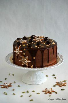 Jos toivot jouluiseen kakkuun suklaata, vaniljaa, kardemummaa, kanelia ja piparkakkua, niin tämä kakku täyttää toiveesi! Mehevä suklaakakku ...