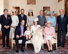 Die britische Royal Family bei der Taufe von Princess Charlotte, von links hinten: Michael Middleton, Pippa Middleton, James Middleton, Carole Middleton, Prince Charles, Camilla Duchess of Cornwall, Prince Philip, Prince William, Prince George, Duchess Catherine, Princess Charlotte, Queen Elizabeth