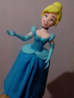 Princesas com 25cm de altura. Ideais para enfeitar mesas de aniversário.  #topodebolo #topo #disney #princesasdisney #princesas #biscuit #sabrinafilgueira #artesa #procelanafria