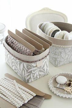 初めてのカルトナージュ ~おすすめの装飾材料と買い方のコツ~ : 窪田千紘フォトスタイリングWebマガジン「Klastyling」暮らす+スタイリング Diy Gift Box, Diy Box, Sewing Case, Makeup Table Vanity, Diy Bags Purses, Fabric Boxes, Storage Boxes, Bassinet, Diy Projects