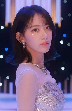 Modern Aprons, Sakura Miyawaki, Girl Korea, Japanese Girl Group, My Muse, Jennie Blackpink, Cute Korean, Music Bands, K Idols