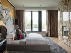 l panel de mármol Verona, con la chimenea encastrada, ofrece un interesante focal point en el dormitorio.