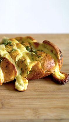 Receita com instruções em vídeo: Esse pão com alho é super fácil de fazer e fica muito gostoso!
