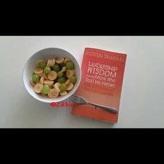 Day off: snack + good read 🍌🍇📖 Robin Sharma, Me Time, Day Off, Clean Eating, Snacks, Fruit, Vegetables, Health, Food