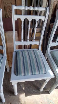 Cadeira provençal restaurada e estofada com tecido impermeável listrado. Um encanto!
