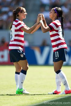 Some youthful traditions have remained with the players throughout their journey to the USWNT. For Sydney Leroux and Alex Morgan, it's the pregame handshake. The attacking duo has performed this sacred pregame ritual since the 2012 London Olympics. Play Soccer, Football Soccer, Soccer Usa, Soccer Girls, Soccer Stuff, Sydney Leroux, Female Football Player, Oakland Raiders Football, Association Football