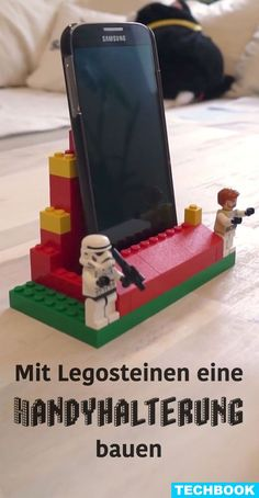 Build a cellphone holder with Lego bricks- Mit Legosteinen eine Handyhalterung bauen Your smartphone is always everywhere and nowhere? Simply build a holder for your desk or shelf from Lego bricks. Then the device always has its place. Easy Crafts To Sell, Diy Projects To Sell, Sell Diy, Lego Duplo, Smartphone, Lego Hacks, Hacks Diy, Craft Stick Crafts, Diy Crafts