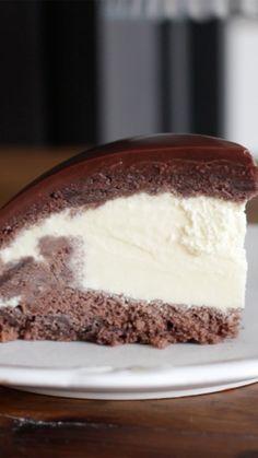 Já imaginou um bolo de chocolate com recheio de sorvete?