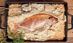Peixe assado em crosta de sal grosso