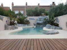 Preciosa piscina de arena que diseñamos para una vivienda. Nos encargamos de construirla pero no de la tematización. Está realizada con arena natural compactada.   #piscina #arena #tematización #arenanatural #vivienda
