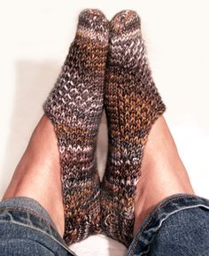 Anna, I could learn to do this! Ravelry: Cozy Cosette Footsies pattern by Julie O'Neil Loom Knitting, Knitting Patterns Free, Knit Patterns, Free Knitting, Knitting Socks, Baby Knitting, Knit Socks, Free Pattern, Knitted Slippers