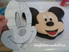 tuto_mickey _etape21 Mickey Mouse Cake Decorations, Mickey Mouse Figurines, Minnie Mouse Cookies, Minnie Mouse Birthday Cakes, Mickey Cakes, Mickey Mouse Birthday, Mickey Minnie Mouse, Gateau Theme Mickey, Rodjendanske Torte
