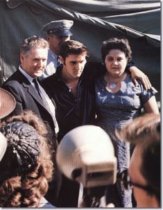 September 1956 - Elvis returned to Tupelo to perform two shows at the Mississippi-Alabama Fair and Dairy Show (with his parents Vernon and Gladys Presley) Lisa Marie Presley, Priscilla Presley, King Elvis Presley, Elvis Presley Family, Elvis And Priscilla, Elvis Presley Photos, Nick Adams, Graceland, Beatles