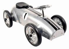 Marquant Formule 1 8605 Silver, Metalen Retro Loopauto. Gebaseerd op de stijl van formule 1 wagens van vroeger, is deze kinderreplica een prachtig exemplaar voor jong om zich heerlijk mee te vermaken of voor oud als een verzamelobject. Een kind kan zich met deze wagen leuk een snelheidsmannetje voelen door het authentieke uiterlijk.