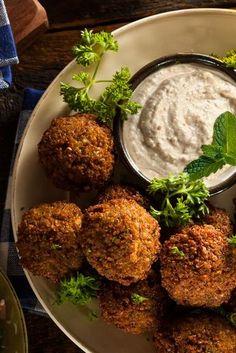 Falafel mit Hummus Fein-cremig und leicht nussig - für Freunde der Kichererbse hat unser Falafel - Hummusgericht definitiv Suchtpotenzial! http://einfach-schnell-gesund-kochen.de/falafel-mit-hummus/