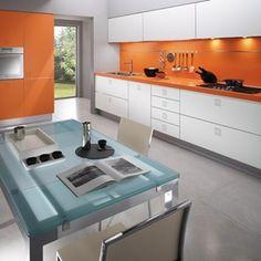 #cocinas Diseño de cocina con muebles en color blanco y naranja, peto frontal en color naranja