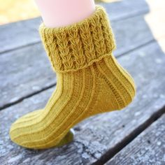 Behold, a finished sock! Wool Socks, Knitting Socks, Sock Shoes, Shoe Boots, Knitting Patterns, Crochet Patterns, Purl Stitch, Crochet Yarn, Weaving