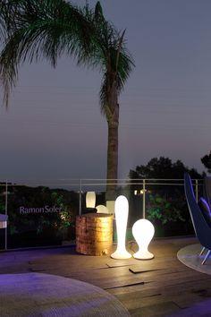 Terraza Lounge VIP de Starlite Marbella diseñada por Carmen Barasona con luminarias BAT y ONA de MILAN Iluminación y alfombras de KP. #milaniluminacion