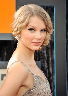 Taylor Swift in H.Stern white gold and diamonds earrings from the Red Carpet collection at CMT Awards, 2009.