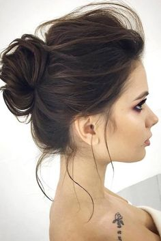 We will share with you all the secrets and tips of on how to do a messy bun hairstyle like an absolute pro. Hope that these ideas will turn your regular bad hair day messy bun into something special and exquisite. Get inspired from our photos and recreate Messy Bun Hairstyles, Messy Updo, Wedding Hairstyles, Messy Buns, How To Make Messy Bun, Classy Hairstyles Medium, Pretty Hairstyles, Short Hair Bun, Hair Jewels