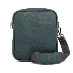 Vegane Crossbody Tasche aus Kork – Online kaufen bei Korkeria Backpacks, Bags, Fashion, Vegan Fashion, Laptop Tote, Natural Colors, Sustainable Fashion, Handbags, Moda