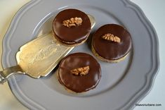 Islere cu nuca si crema de ciocolata   Savori Urbane Cake Recipes, Dessert Recipes, Desserts, Food Cakes, Biscuits, Pudding, Sweets, Mai, Noel