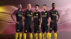 Le nouveau Maillot de foot Manchester City Exterieur 2016 2017 revient à une combinaison de couleurs populaires pour le club en noir et rouge, combinés avec des accents jaunes.